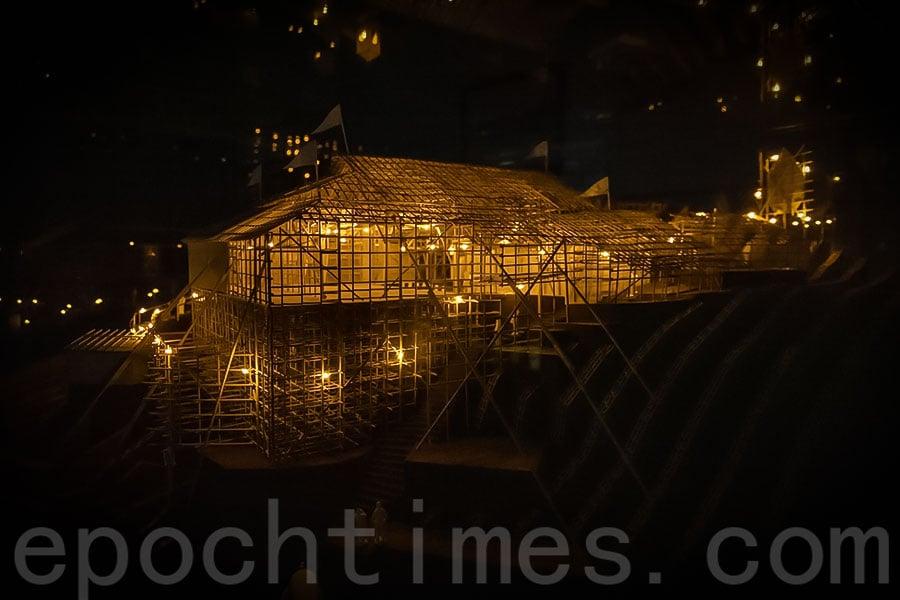蒲台島天后誕戲棚模型安裝了眾多LED燈泡,在黑夜中閃閃生輝,照亮戲棚。(陳仲明/大紀元)