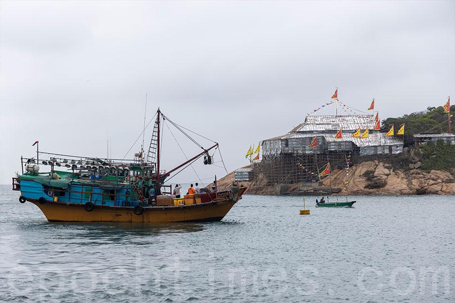 天后誕前夕,村民安排漁船,專程由香港仔運送戲棚模型至蒲台島。(陳仲明/大紀元)