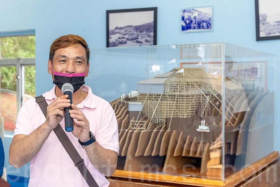 蒲台島天后誕戲棚師傅李家俊:「好像比我搭得漂亮呢!能夠在這裏展覽,可以讓大家欣賞蒲台島的特色。」(陳仲明/大紀元)