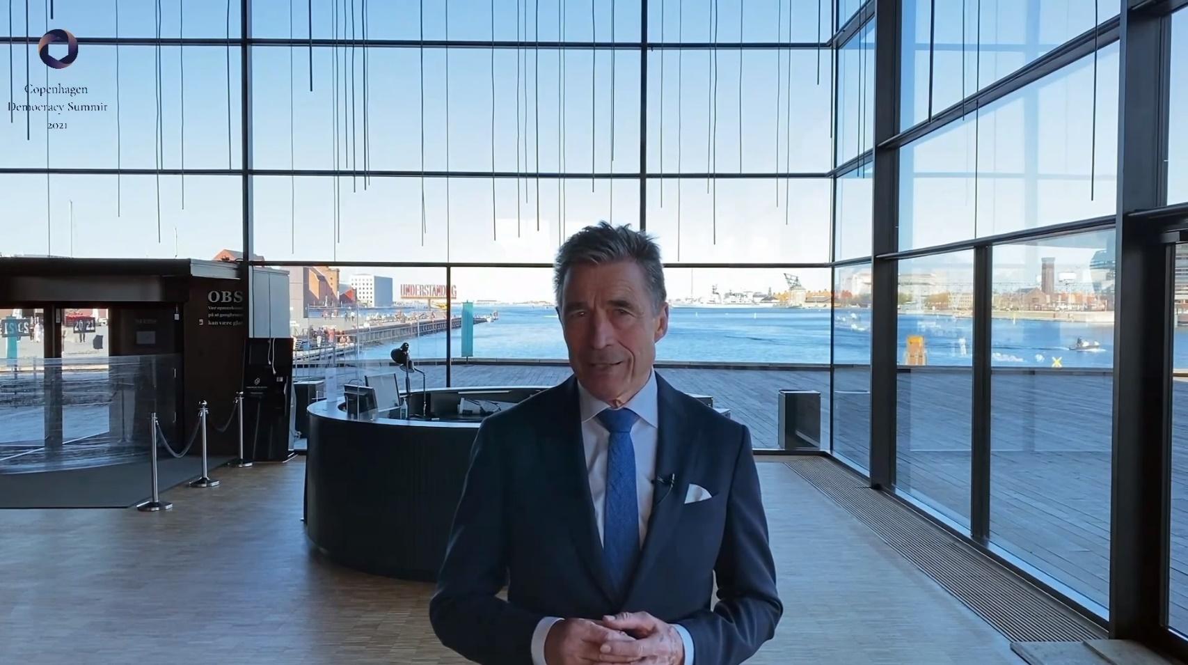 哥本哈根民主峰會是由前丹麥首相安達斯•拉斯蒙臣,他在峰會開始前發表開場白。(影片截圖)