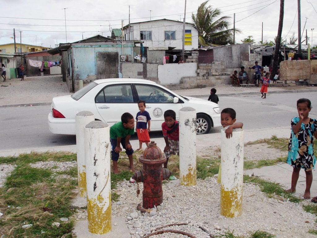 大路有移民公司稱,若想移民北太平洋島嶼國家馬紹爾群島,投資購買到公民身份後可暢通無阻地去美國生活。然而,有香港移民顧問表示,移民美國的政策並不適合入籍馬紹爾群島的人士。圖爲馬紹爾群島貝耶島上的兒童。(BEN CHUTARO/AFP via Getty Images)
