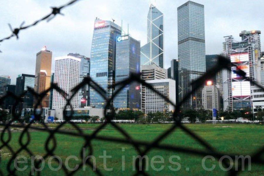 香港美國商會(AmCham)12日公佈調查顯示,超過四成的受訪會員正計劃或考慮離開香港,當中62%的人表示主因源於對「港版國安法」感到不安。(宋碧龍/大紀元)