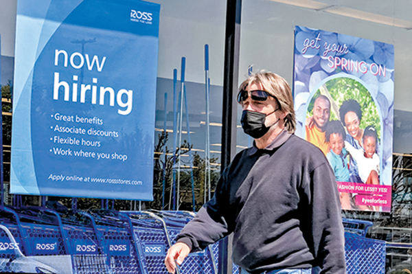 加州一家零售店外的招聘告示。(Getty Images)