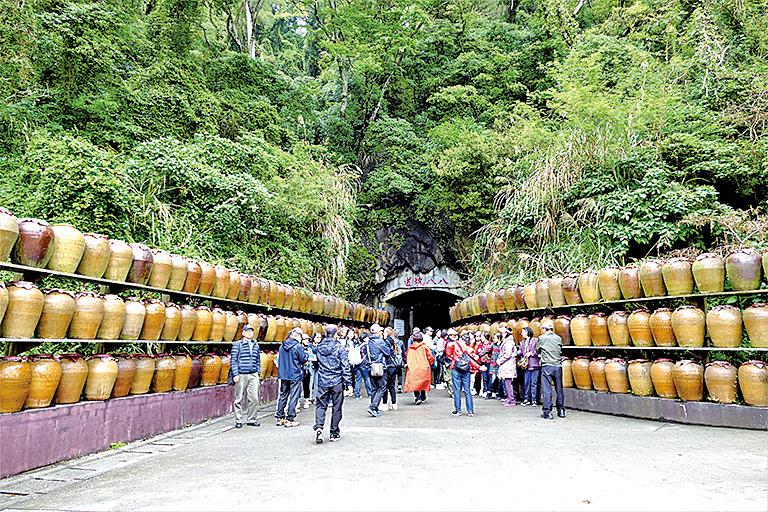 八八坑道門口,堆疊著三層高的大酒甕,左右相對的陶甕陣。