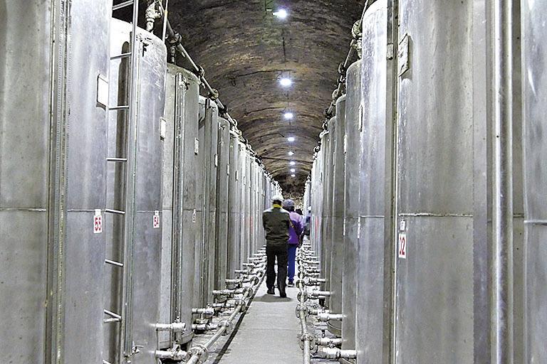 進入八八坑道次通道,來到高粱酒系的酒槽區,高聳的銀白大鋼槽散發著濃烈的酒氣。