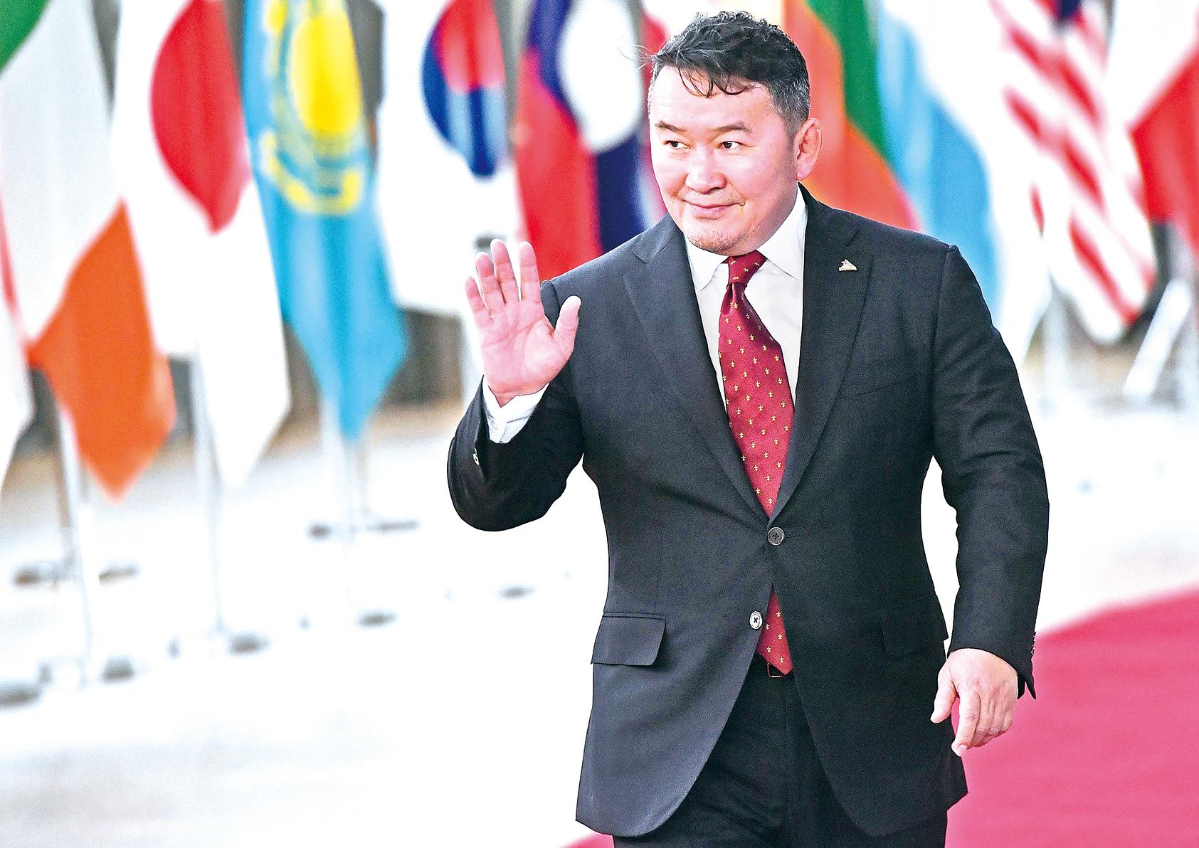 最近親中共的蒙古人民黨倉促推動《總統選舉法》修正案,禁止現任總統競選連任。圖為現任蒙古總統哈勒特馬.巴圖勒嘎(Khaltmaagiin Battulga)於2018年10月18日,抵達歐洲理事會參加亞歐會議。(AFP)