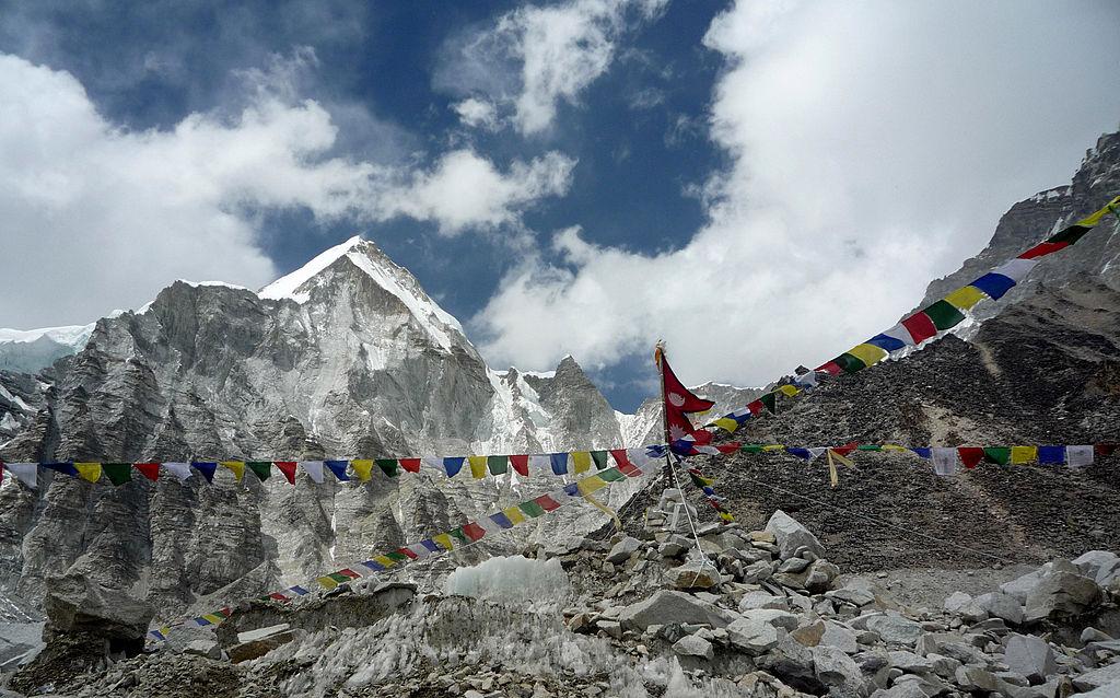 中共病毒疫情已蔓延至世界最高峰。中方將在珠穆朗瑪峰峰頂設置隔離線。圖為尼泊爾境內從珠峰大本營看向珠峰峰頂概覽。(STR/AFP via Getty Images)