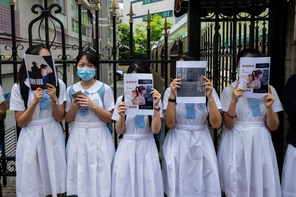 中共在港強行施行「港版國安法」後,對教育界的「控制」也越來越緊,紅色恐怖瀰漫。圖為去年6月香港學生抗議「港版國安法」。(Photo by Billy H.C. Kwok/Getty Images)