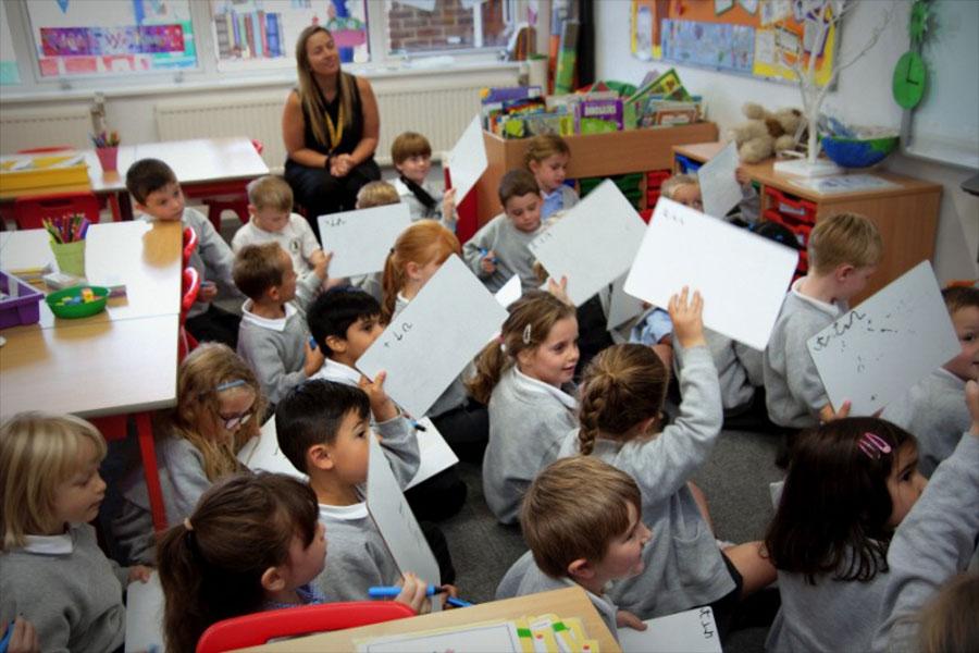 英國有超過3000間公立學校,在英國5-16歲兒童(合法居留)都可入讀免費的公立學校。(受訪者提供)