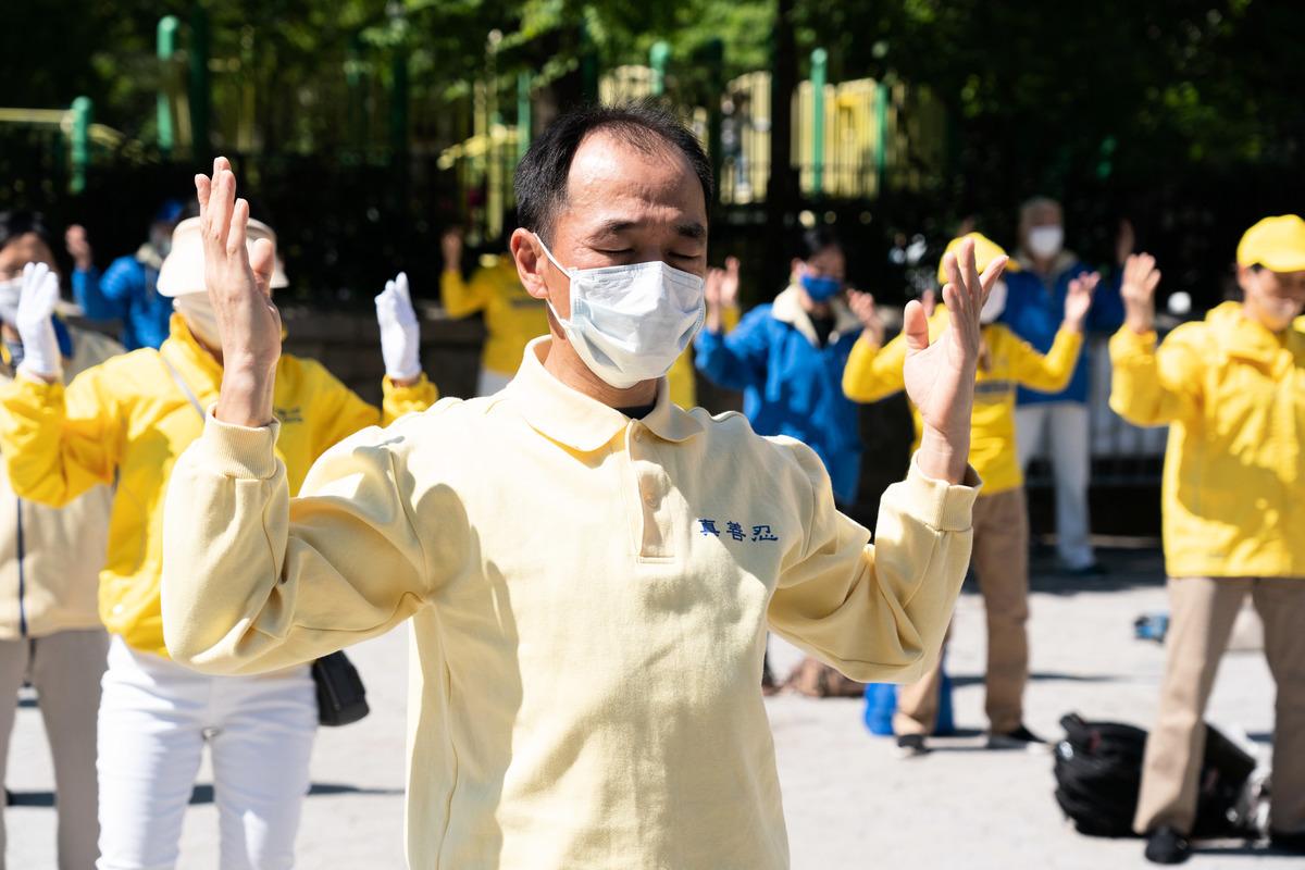 在5月13日世界法輪大法日之前, 5月11日紐約部份法輪功學員在紐約市中心聯合廣場歡慶世界法輪大法日。 (戴兵/大紀元)