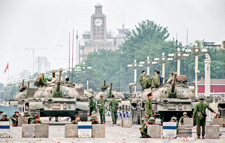 1989年天安門廣場大屠殺發生後,時任參議員的拜登投票反對對共產中國實施嚴厲制裁。圖為1989年6月6日,六四天安門大屠殺兩天後,中共軍隊扼守通往天安門廣場的長安街。(AFP)