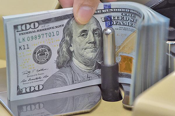 美國勞工部周三(5月12日)表示,消費者物價指數在4月較去年同期增長4.2%,創下2008年9月以來的最大年增幅。美元相對價值減弱。(ADEK BERRY/AFP via Getty Images)