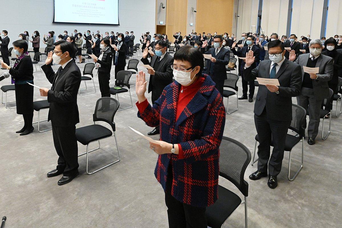 公務員事務局的文件披露,2020/21年度中逾1860名公務員辭職,創1998年來的新高。圖為去年政府總部舉行的公務員宣誓儀式。(政府新聞處)