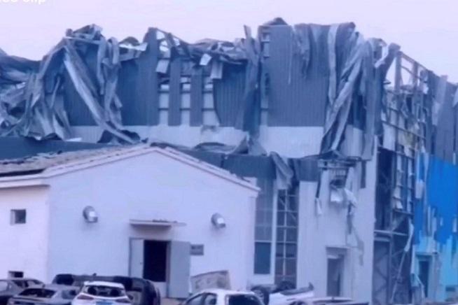 武漢經開區軍山片區突發龍捲風被吹毀的房屋。(YouTube視頻截圖)