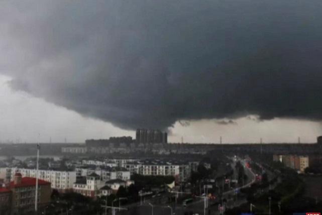 5月14日,武漢市蔡甸區突發9級龍捲風。(YouTube視頻截圖)
