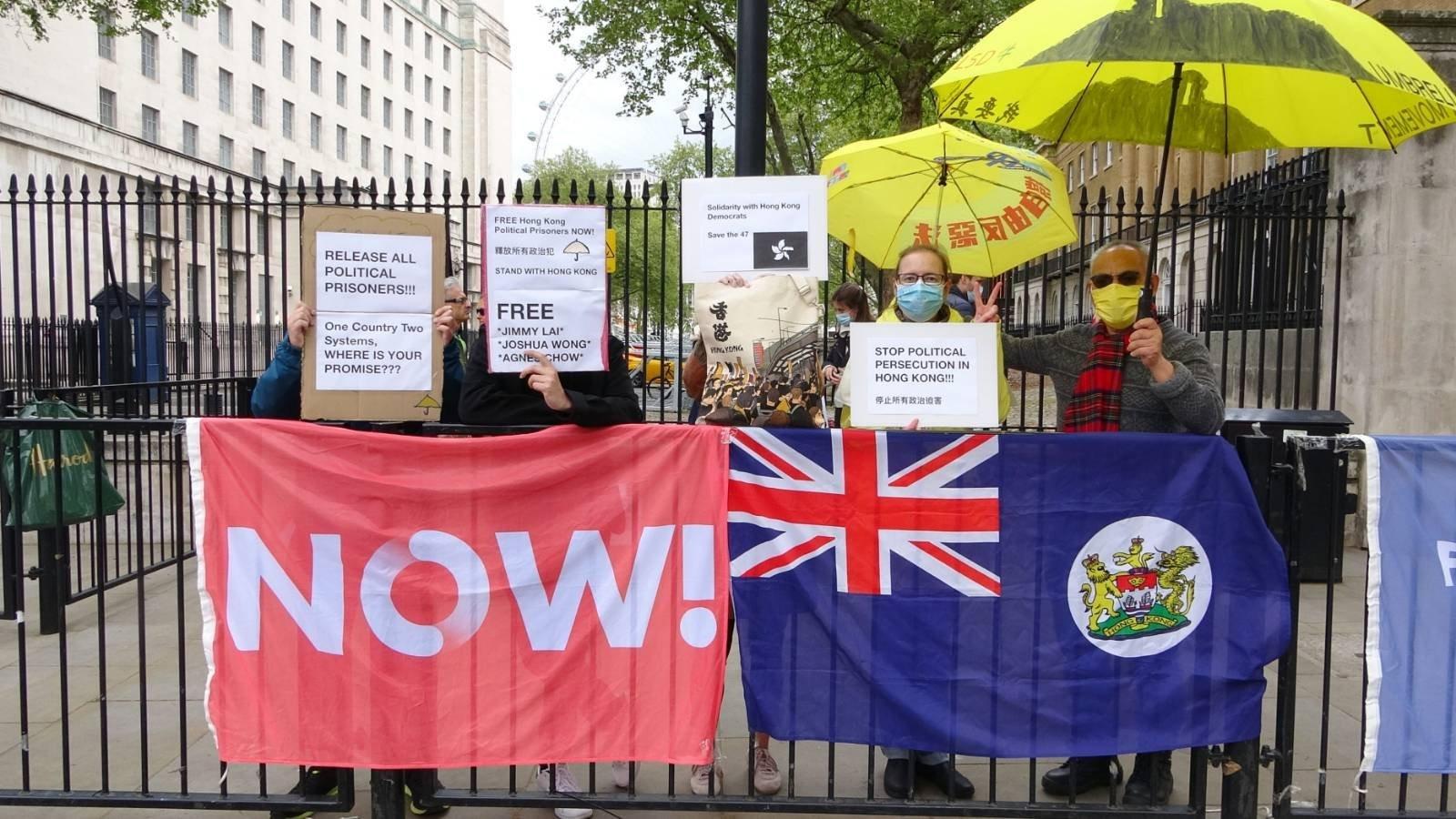 英國首都倫敦有港人出席「Fridays For Freedom: Free Hong Kong」的集會,工黨華人組織聯合創辦人吳呂南博士(右一)亦有出席。(文苳晴攝)
