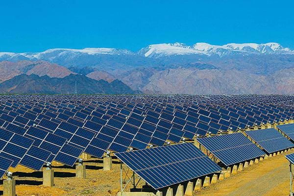 繼新疆棉之後,新疆產的太陽能板可能成為又一個被美國制裁的行業。圖為架設在新疆哈密的一處太陽能板。(STR/AFP via Getty Images)