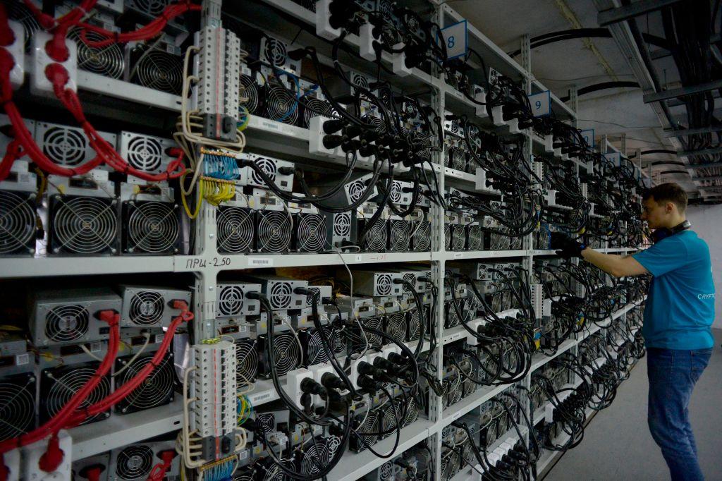中共最近採取一系列措施,進一步加強對比特幣等加密貨幣的監管。圖為俄羅斯一名比特幣挖礦中心的員工,正在檢查運行中的計算機。(OLGA MALTSEVA/AFP)