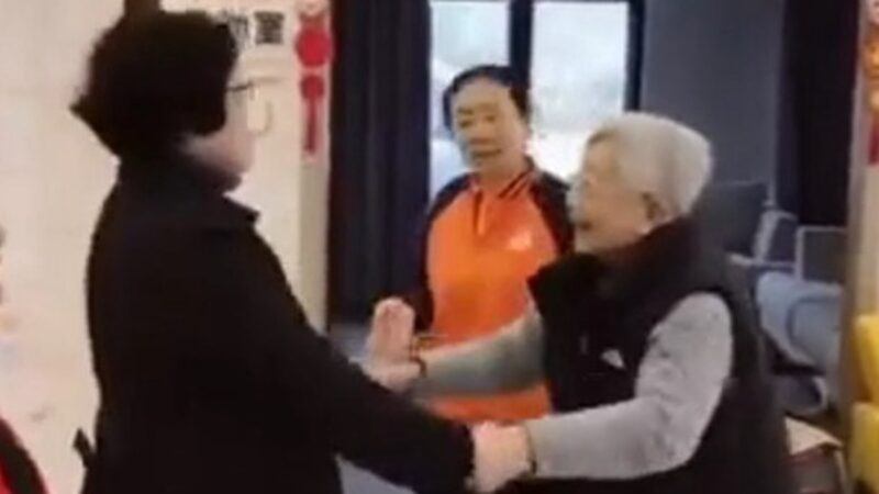 近日上海官方稱,一名患上認知障礙症的91歲癱瘓老人,聽紅歌竟起身跳舞。引發網友一片嘲諷。(影片截圖)