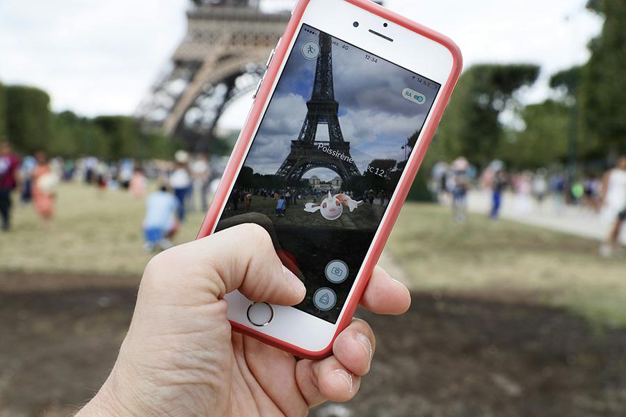 在法國各地興起Pokémon Go遊戲,引起教育界擔憂學生會沉迷遊戲而貽誤學業。(THOMAS SAMSON/AFP/Getty Images)
