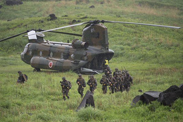 2021年5月15日,日本宮崎縣蝦野市,日本、美國與法國舉行聯合軍事演習,法國士兵從CH-47「契努克」(Chinook)運輸直升機下機。(CHARLY TRIBALLEAU /POOL / AFP / via / Getty Images)