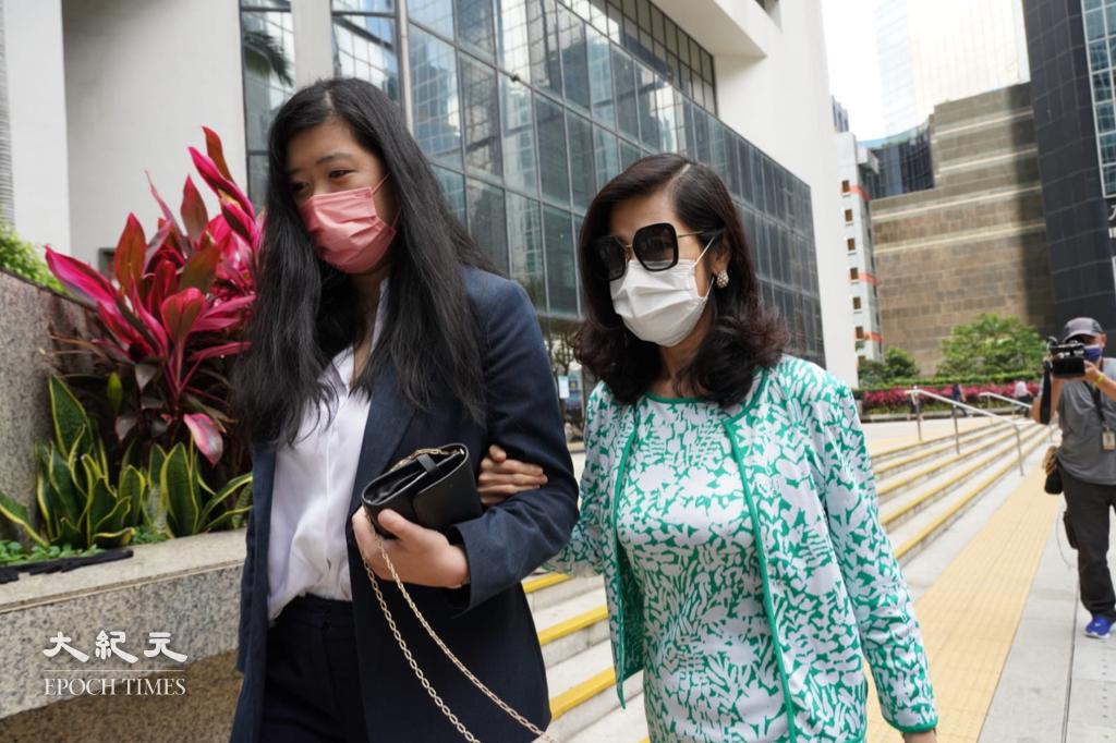 黎智英太太和女兒步出法院。(余鋼/大紀元)