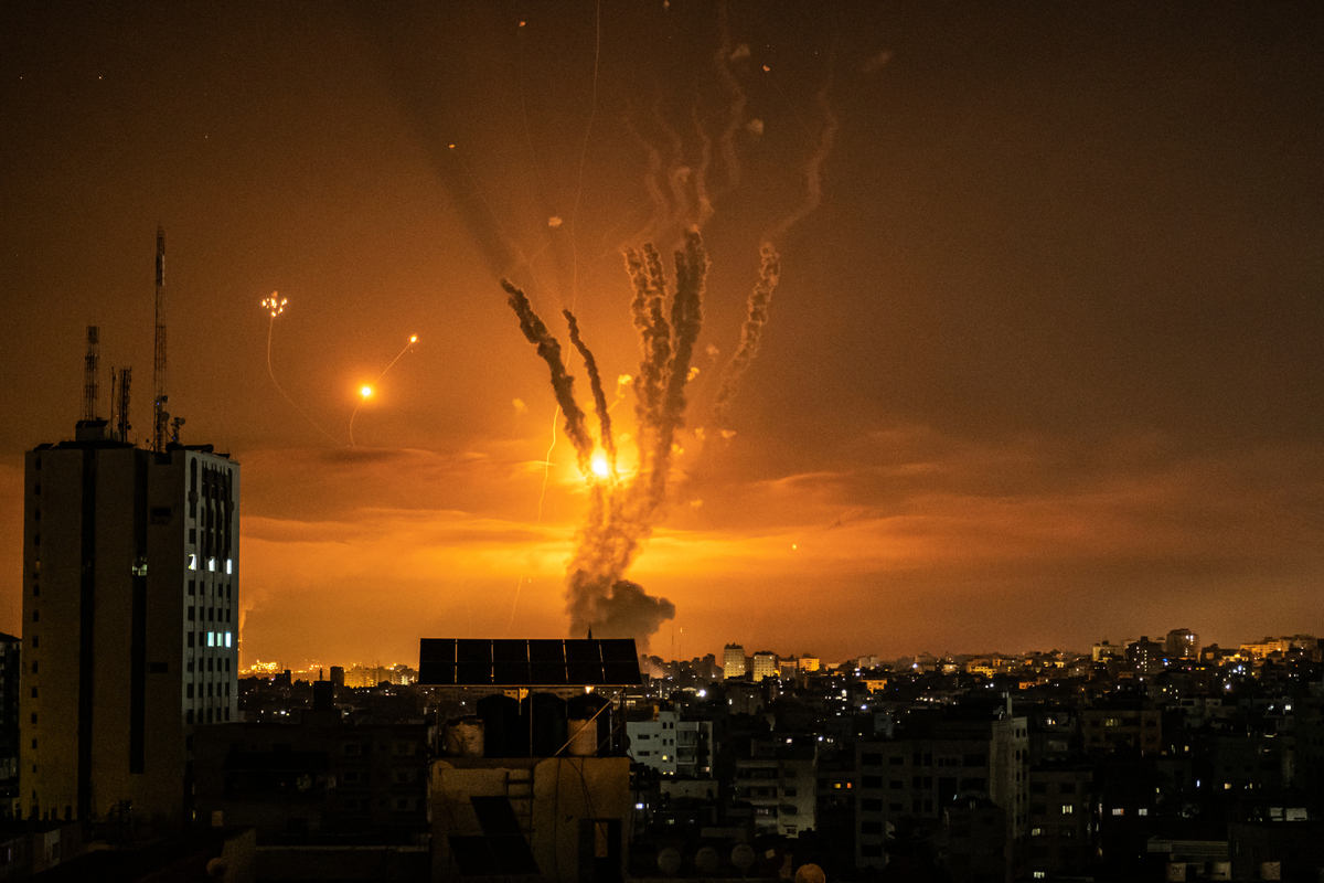 5月14日,火箭彈從北部加沙地帶射向以色列,但是被以色列導彈防禦系統鐵穹擊落了。(Fatima Shbair/Getty Images)