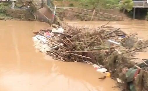 5月17日,韶關特大暴雨,橋梁被衝斷。(網頁截圖)