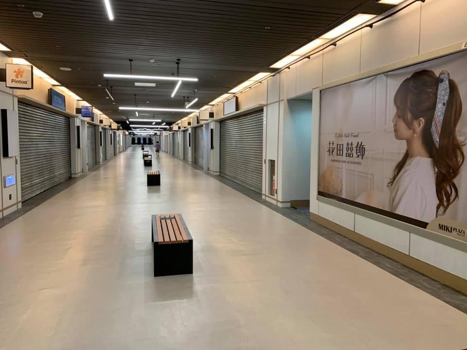 圖為5月15日台北市東區的商店街,店鋪皆拉下鐵門暫停營業。(大紀元)