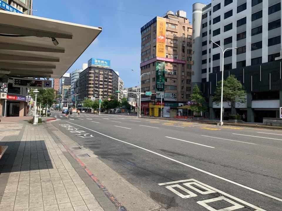 台北市5月15日進入三級疫情警戒後,街上幾乎見不到行人。(大紀元)