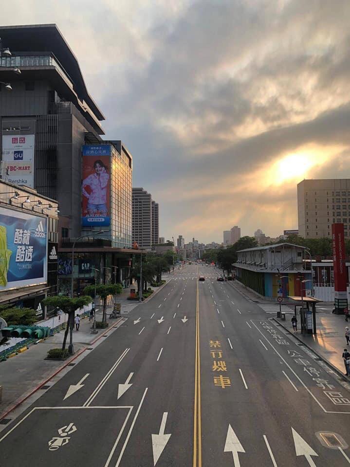 台北市5月15日進入三級疫情警戒後,路上幾乎看不到車輛。(大紀元)