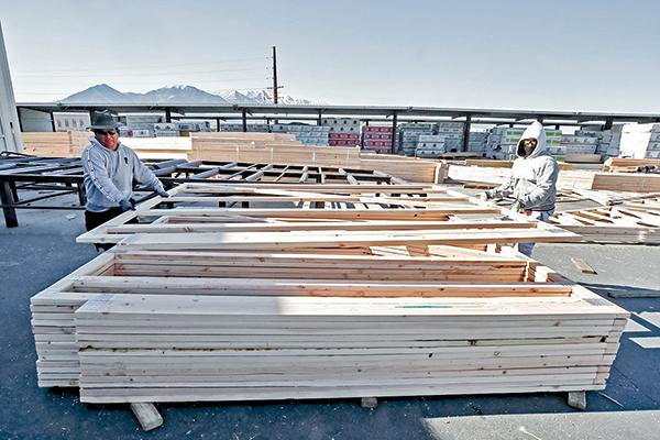 猶他州工作人員在堆放給房屋建築商準備的木料產品。(Getty Images)