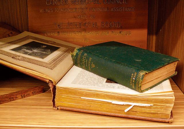 圖中深色的書本是查理斯達爾文的著作《食蟲植物》。(坎姆登圖書館提供)