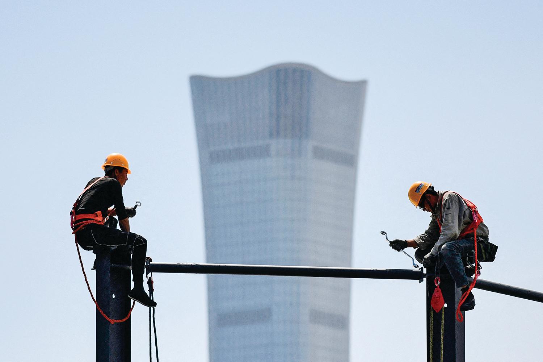 2020年4月初,中共召開閉門會議研究國內外經濟形勢,參與的經濟學者均對中國經濟持極度悲觀的看法。圖為5月8日,北京最高樓「中國尊」附近的一處工地。(Greg Baker/AFP via Getty Images)