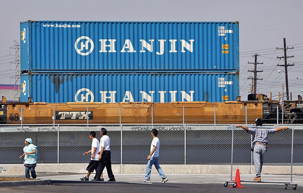 圖為一列火車載有從洛杉磯和長灘港卸載的韓進集裝箱。(Getty Images)