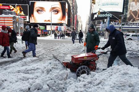 組圖:暴雪後 美東民眾把城市從深雪中鏟出