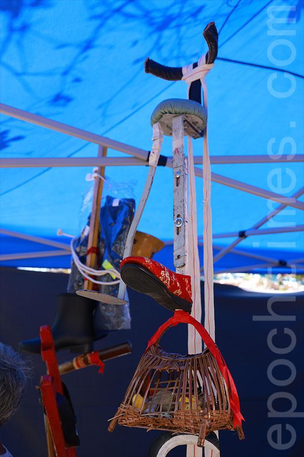 以手織雞籠做「過橋」,設計大膽創新,令人意想不到裏面有鐵枝支撐。(陳仲明/大紀元)