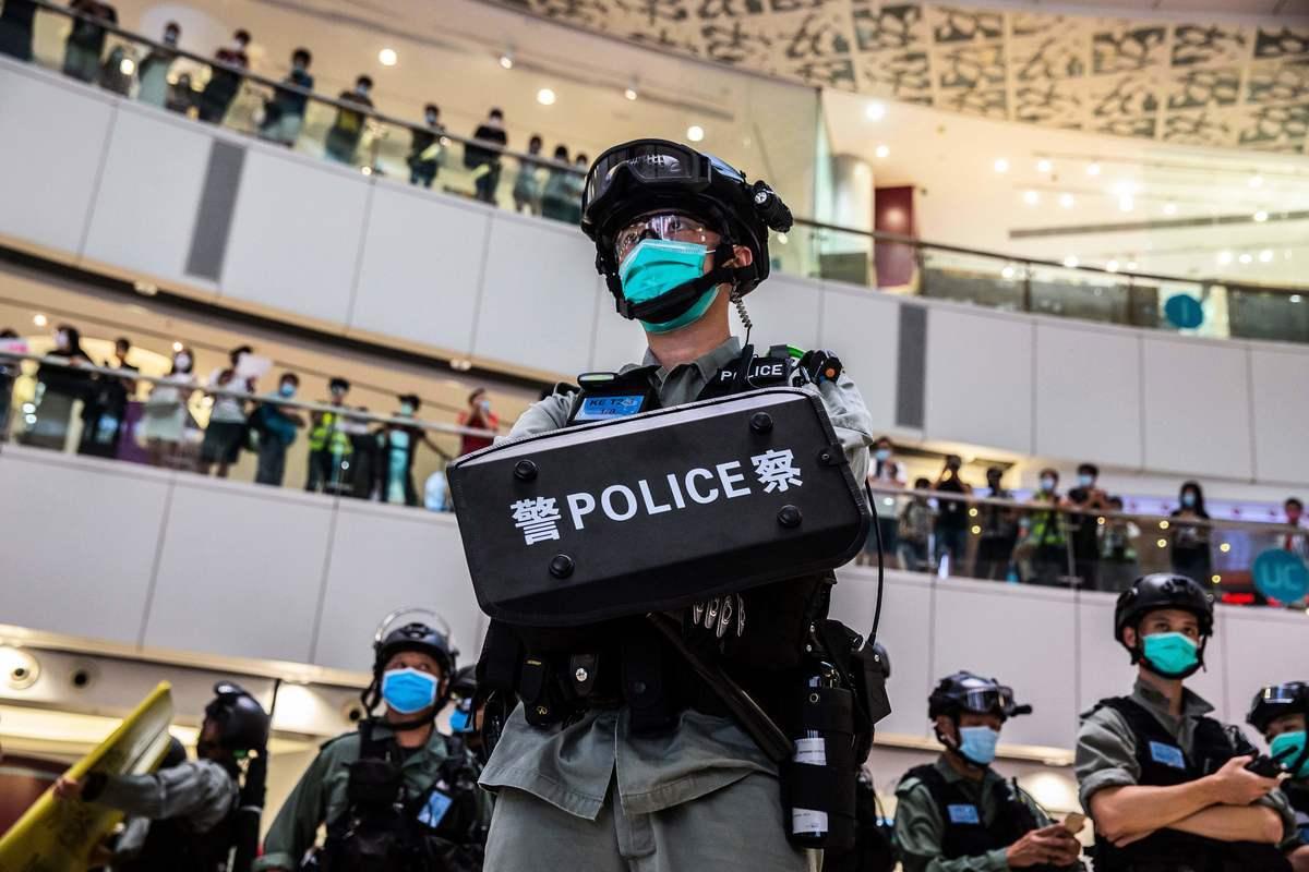 評論認為,蔡展鵬事件絕非如此簡單,體現香港警隊內鬥白熱化,背後有中共鬼影。圖為2020年7月6日,香港某購物中心中的一群防暴警察。(ISAAC LAWRENCE/AFP via Getty Images)