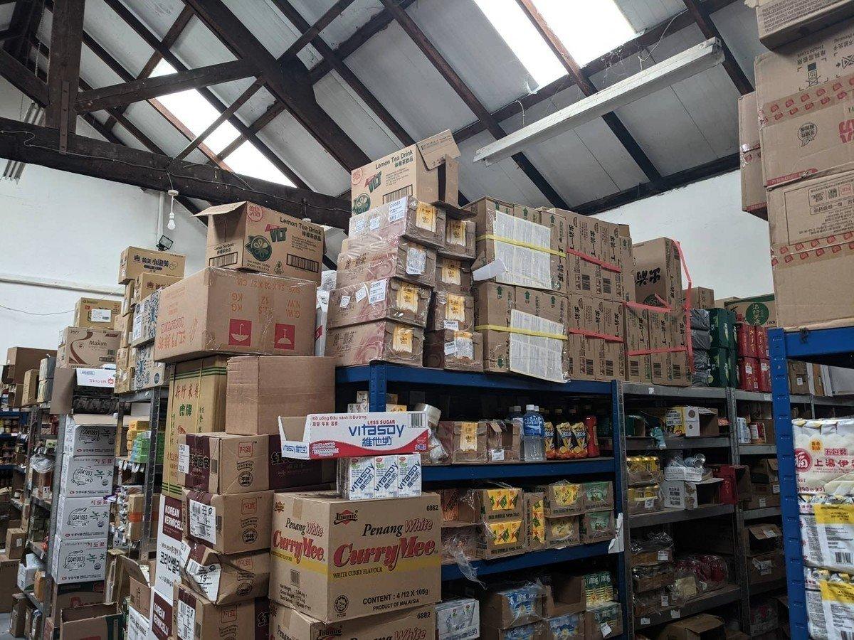 華南行沒有實體商店,只有一個約一千呎的細倉庫。但可以見到有大量港人熟悉的產品,例如維他奶。(文苳晴攝)