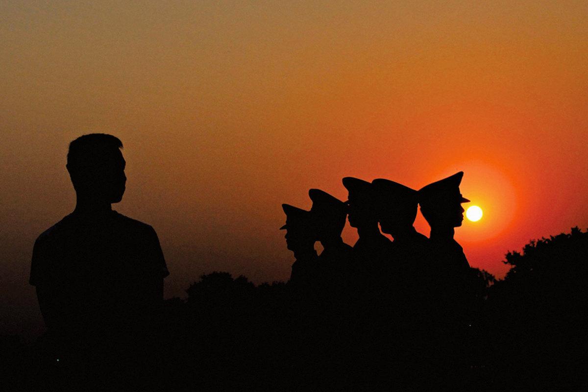被無神論灌輸的人們,不知善惡有報是天理。示意圖。(Feng Li/Getty Images)