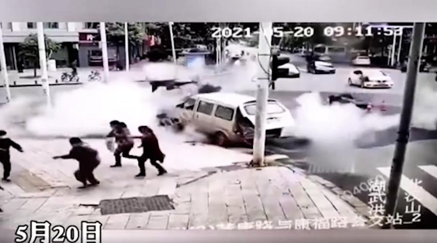 【現場影片】武漢路面爆炸路人被炸飛 多人受傷