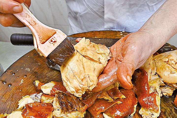梁虹光自創的「百寶雞」必須要經過起骨及去脂肪的處理後,才給客人品嚐。