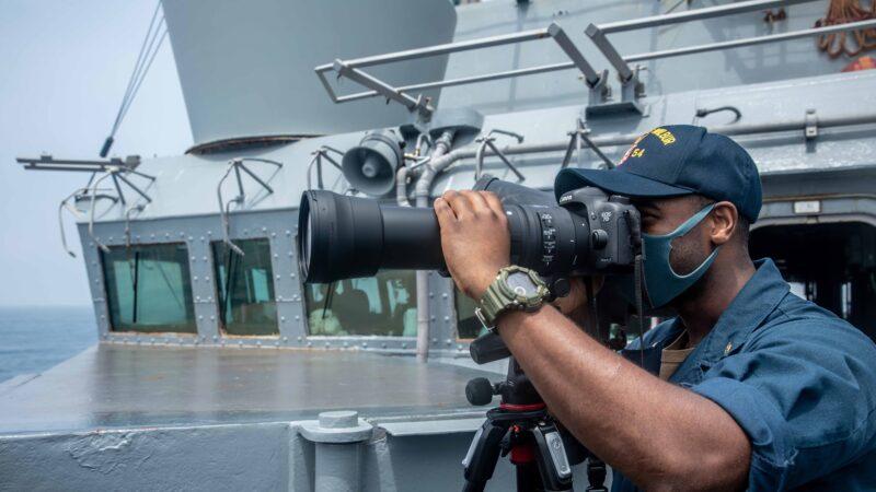 美海軍第七艦隊科蒂斯‧威爾伯號18日航行通過台灣海峽,駛近南海帕拉塞爾群島(西沙群島)。美軍發聲明駁斥中共所謂驅逐之說。拜登對海岸警衛隊學院畢業生說,與台灣合作有助應對地區共同威脅。(圖取自facebook.com/USPacificFleet)