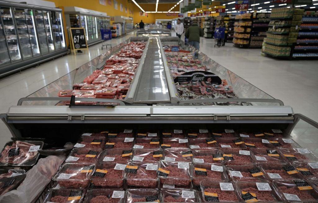 阿根廷政府日前宣佈將暫停出口牛肉30天,並指出是中國大陸市場的旺盛需求推高了阿根廷國內的牛肉價格。圖為阿根廷一家超市內陳列的肉類商品。(JUAN MABROMATA/AFP via Getty Images)