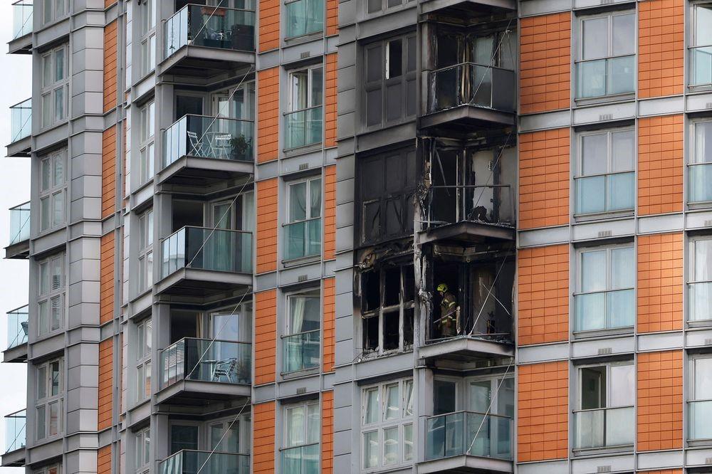 本月初東倫敦一住宅發生火警。香港地產龍頭新鴻基地產的英國合作發展商被揭發在外牆使用易燃物料。圖為消防員在火警救熄後在起火單位進行調查。(Tolga Akmen/AFP/Getty Images)