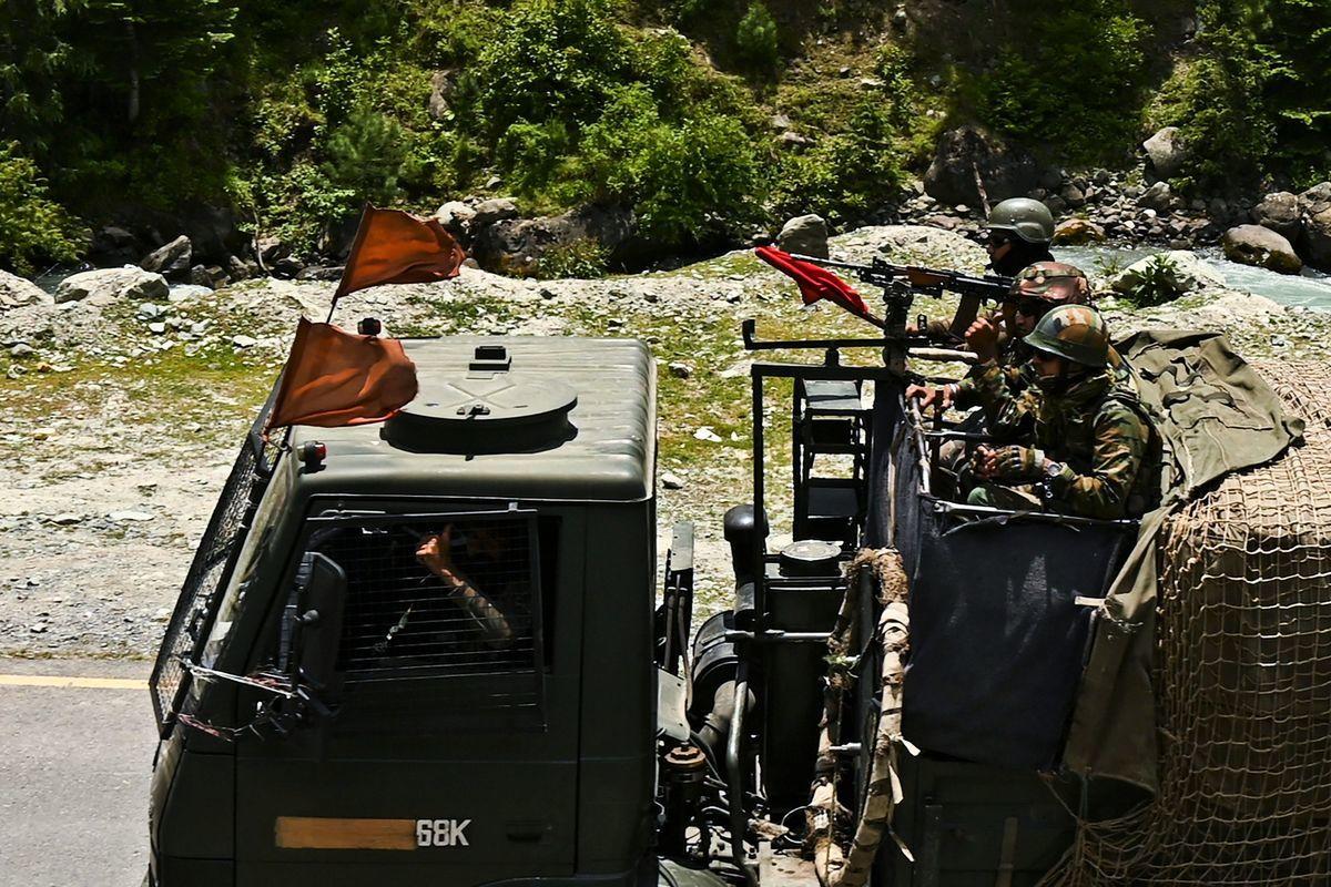 中共軍隊重回拉達克班公錯地區駐紮練兵演習;印度陸軍參謀長納拉萬表示,5萬至6萬印度士兵將繼續部署邊境,足以應對任何突發事件。圖為印度陸軍士兵。(TAUSEEF MUSTAFA/AFP via Getty Images)