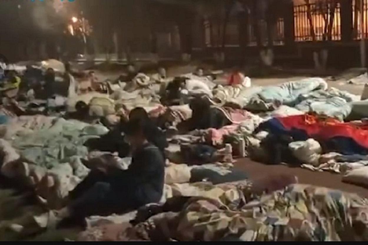5月21日,雲南大理州漾濞縣深夜發生6.4級地震,學生都睡在足球場上。(影片截圖)