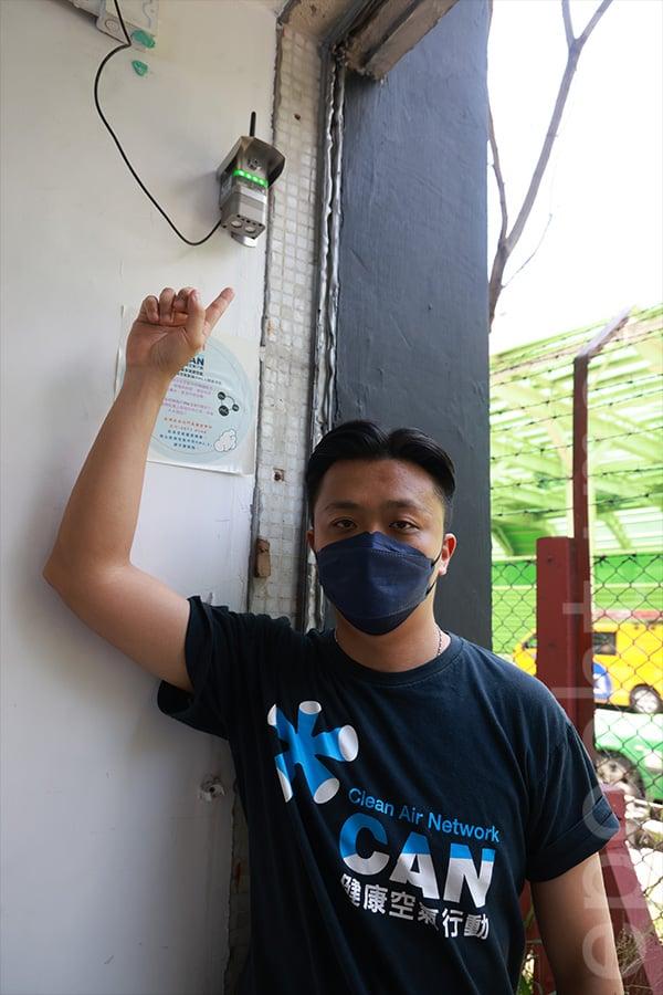 馮建瑋展示在中華基督教會譚李麗芬紀念中學校園內安裝的空氣監測儀器。(陳仲明/大紀元)