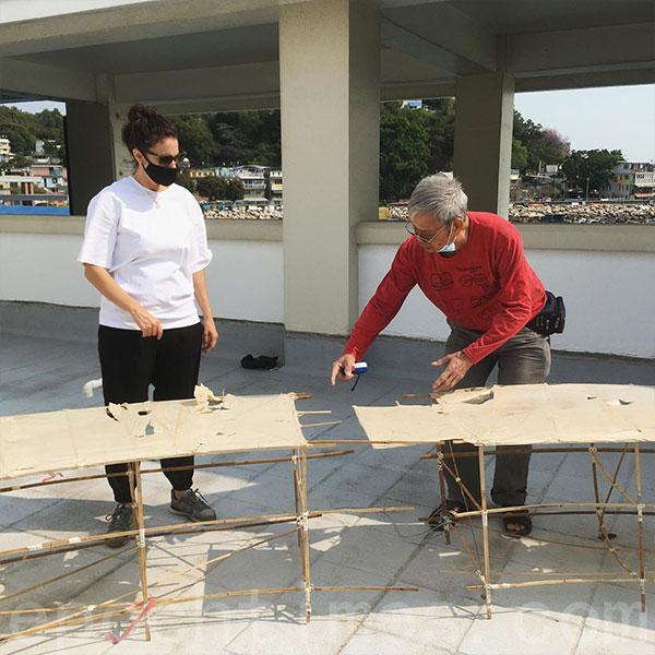 坪洲紮作師傅(右)與港大建築學系教授(左)共同紮出竹製組裝桌。(受訪者提供)