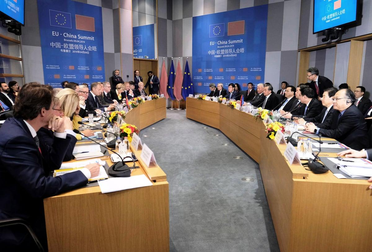 周四(5月20日),歐洲議會以壓倒性投票結果通過一項決議,同意擱置批准中歐投資協定。圖為2019年中歐領導人於比利時布魯塞爾會晤。(OLIVIER HOSLET/AFP via Getty Images)